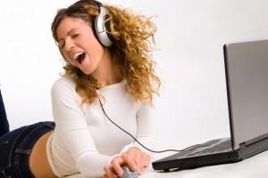Convertir un ordenador en un karaoke para aprender inglés online es fácil con algunas aplicaciones.